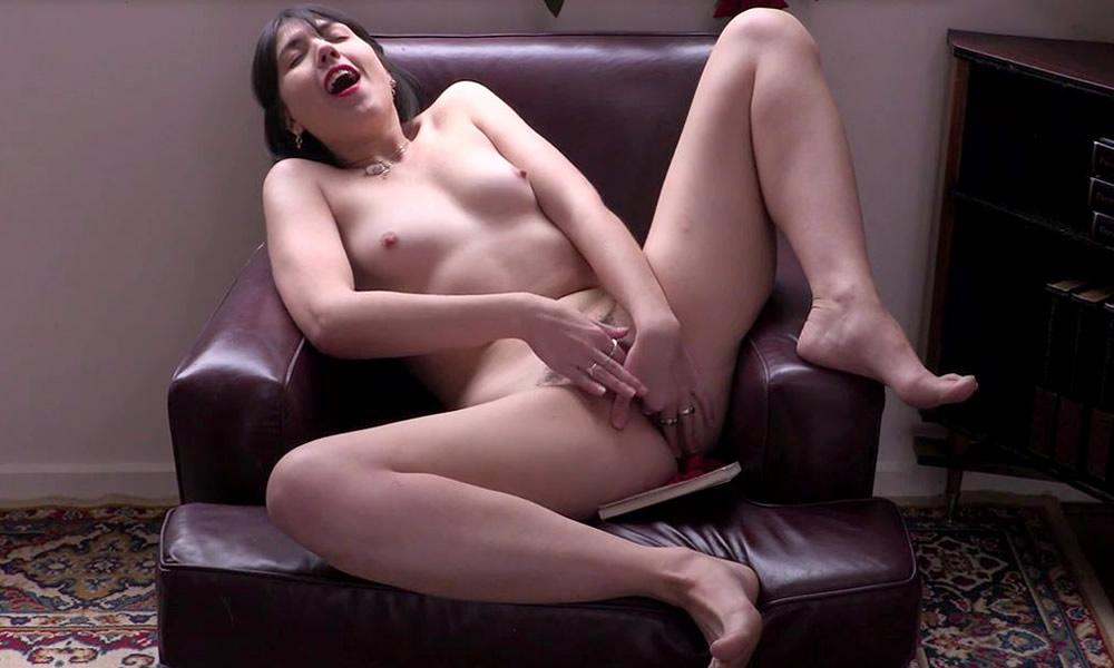 Hairy amber rose licked and fingered by lulu 6