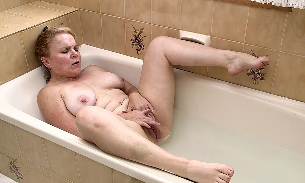 middle-age-mature-woman-masturbating
