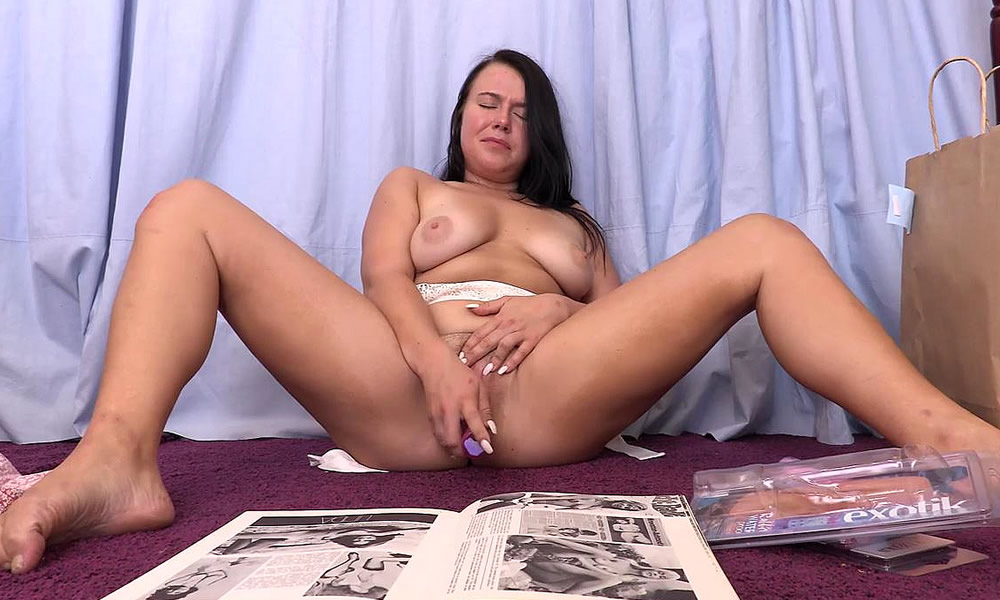Hot Curvy Lady Maya Masturbates With Vibrator